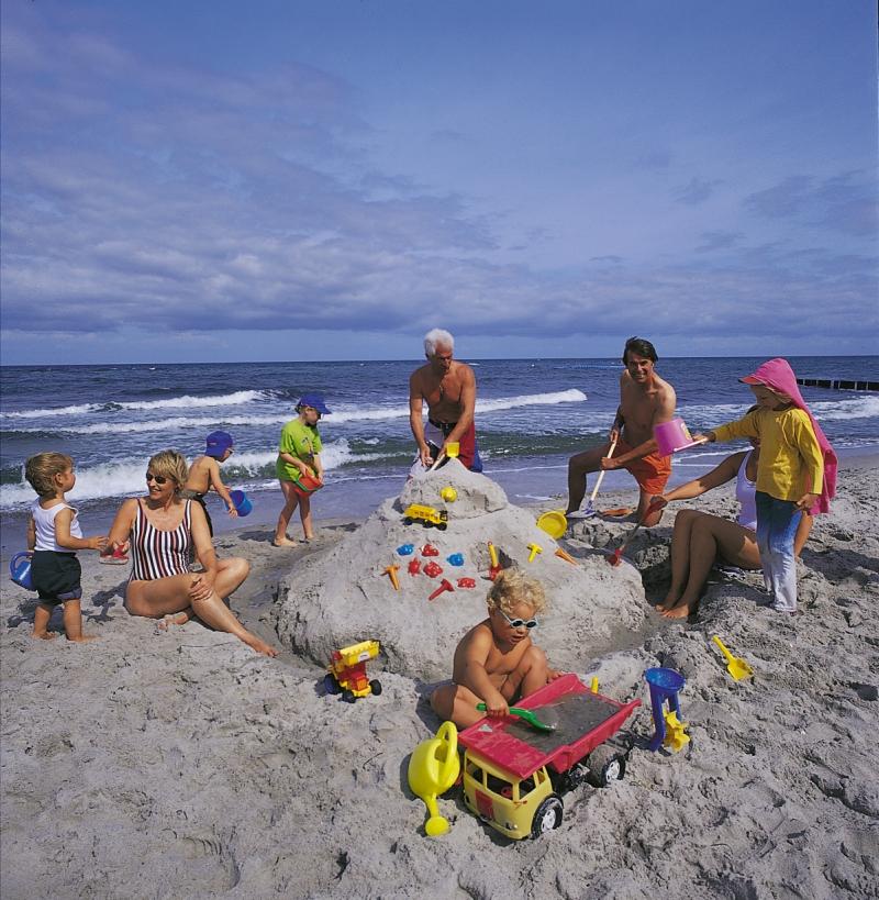 Strandurlaub - Sandburg bauen